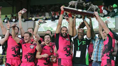 Ignacio Martín que formó parte de los Welsh Warriors levanta el título de campeón de este Safaricom Safari Sevens de Kenia.